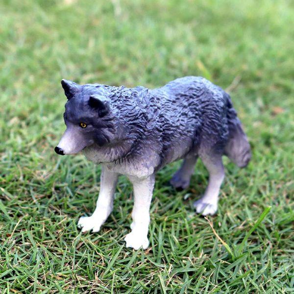Figurine Loup Gris Foncé vue dans l'herbe