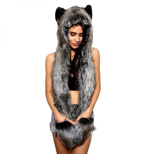 Bonnet écharpe en forme de fourrure de loup avec une femme en modèle vue de face et les mains dans les poches