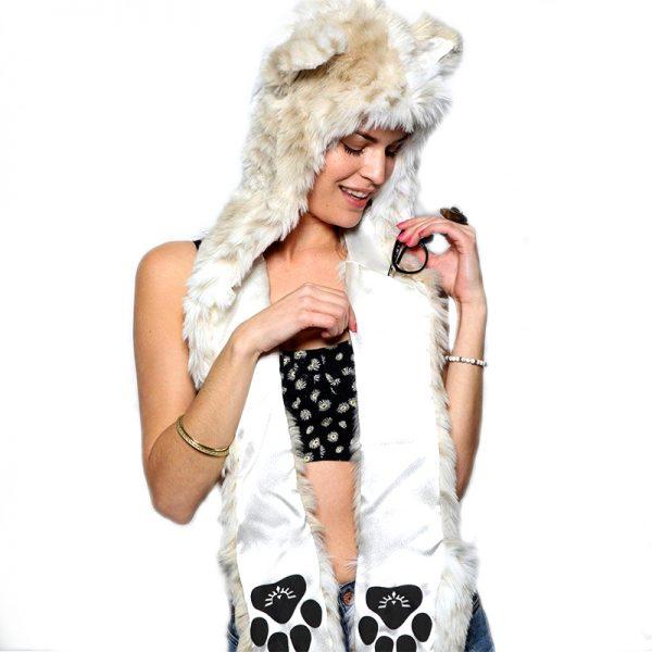 Bonnet écharpe blanc en forme de fourrure de loup avec une femme en modèle vue de face avec des écouteurs