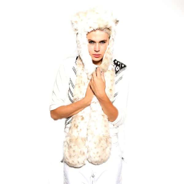 Bonnet écharpe blanc en forme de fourrure de loup avec une femme en modèle vue de face