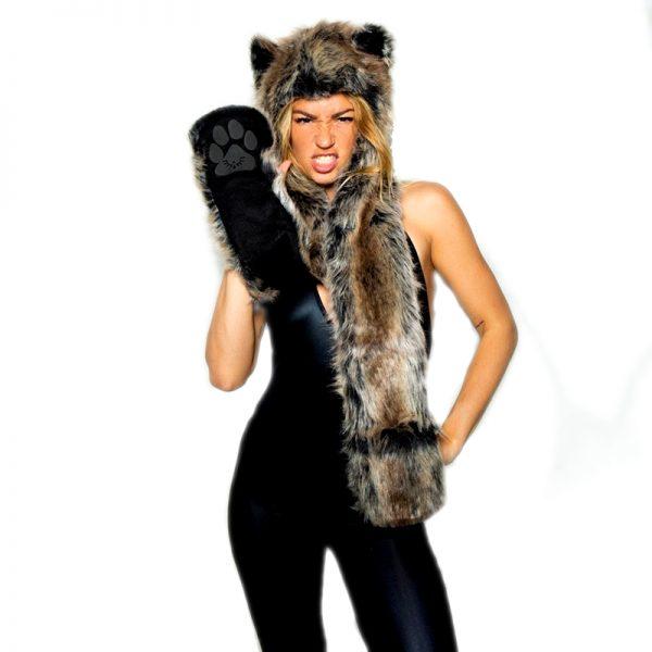 Bonnet écharpe en forme de fourrure de loup avec une femme en modèle vue de face