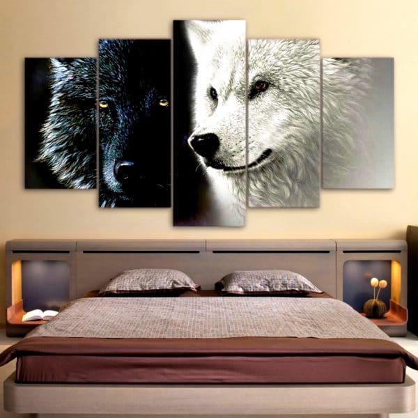 Tableau avec deux loup sur un mur dans une chambre