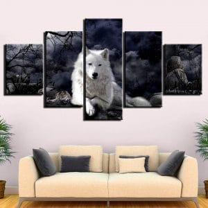 Tableau Loup Blanc Obscur sur un mur dans un salon