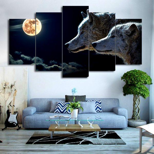 Tableau Loup Nuit Lune sur un mur dans un salon