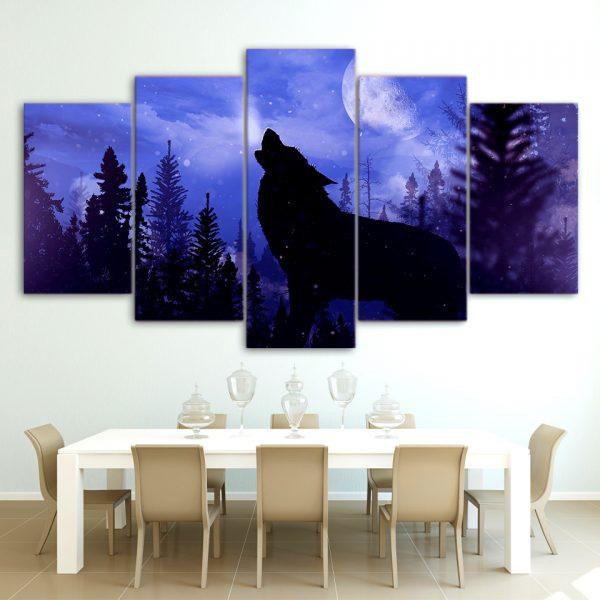 Tableau Loup Bleu Violet sur un mur dans une salle à manger