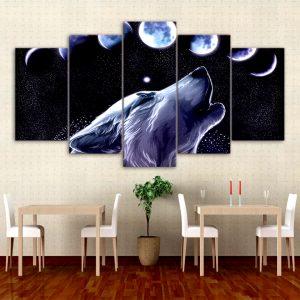 Tableau Loup Astre de la Nuit sur un mur dans un restaurant