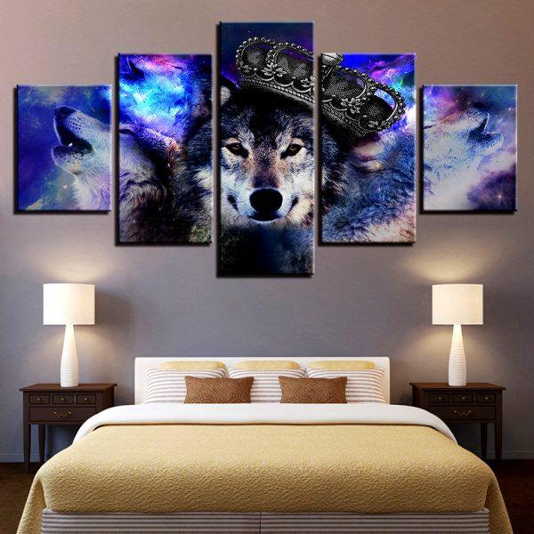 Tableau Loup Roi sur un mur dans une chambre