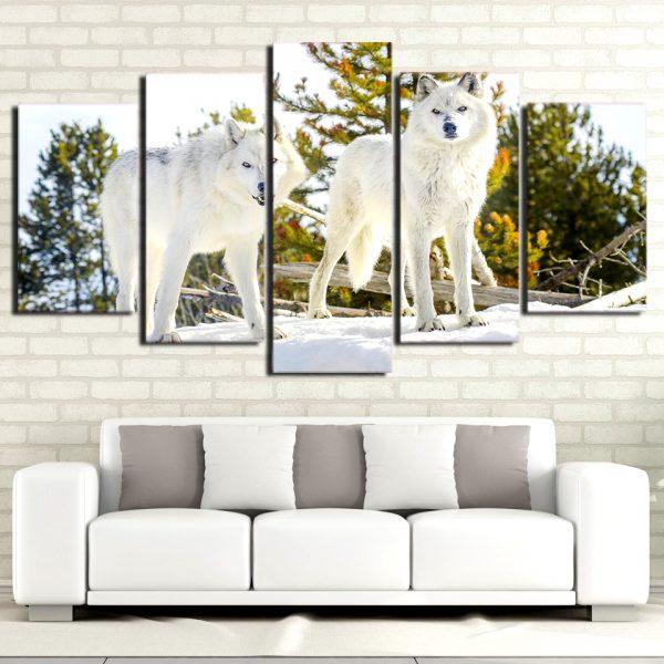 Tableau Loup Blanc Forêt sur un mur dans un salon