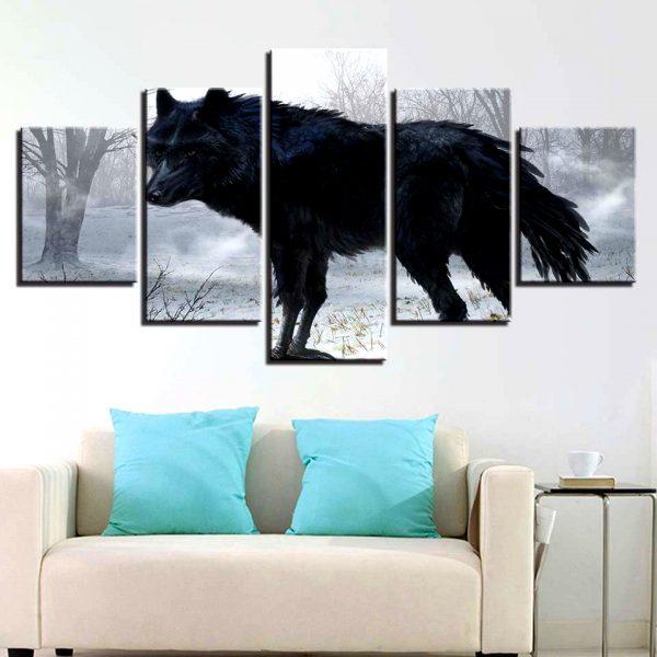 Tableau Loup Noir Forêt sur un mur dans un salon