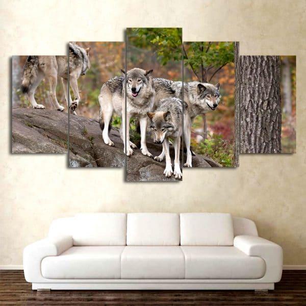 Tableau Loup Sur Un Rocher sur un mur dans un salon