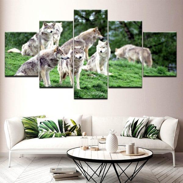 Tableau Loup Meute Dans L'Herbe sur un mur dans un salon