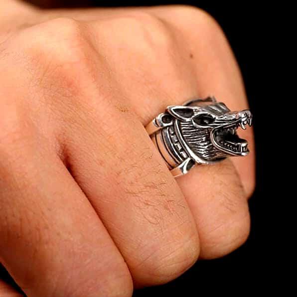 Bague Loup Argent vue sur une main