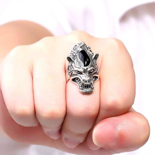 Bague Loup Garou vue sur une main