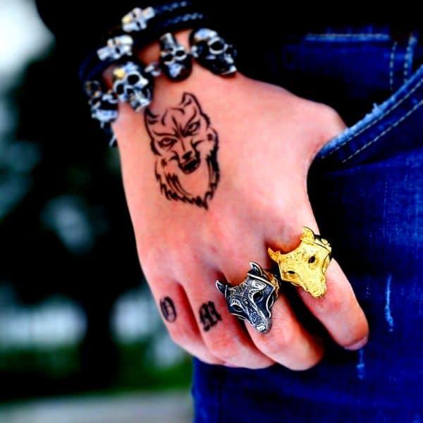 Bague Loup Viking argent et or vue sur une main