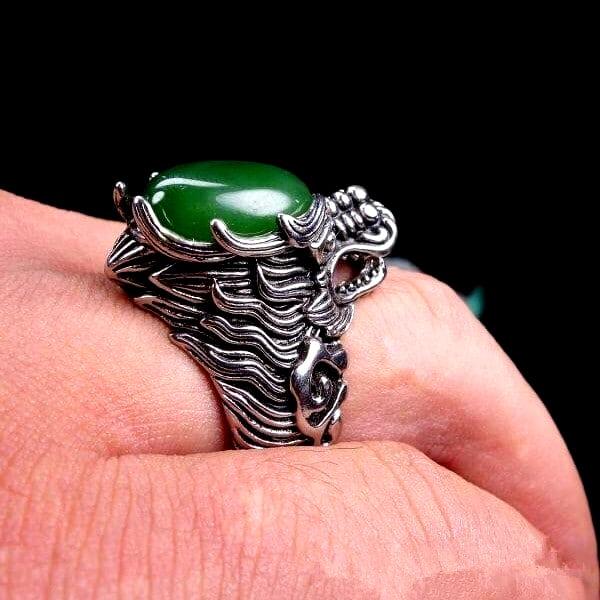 Bague Loup Jade Vert vue sur une main