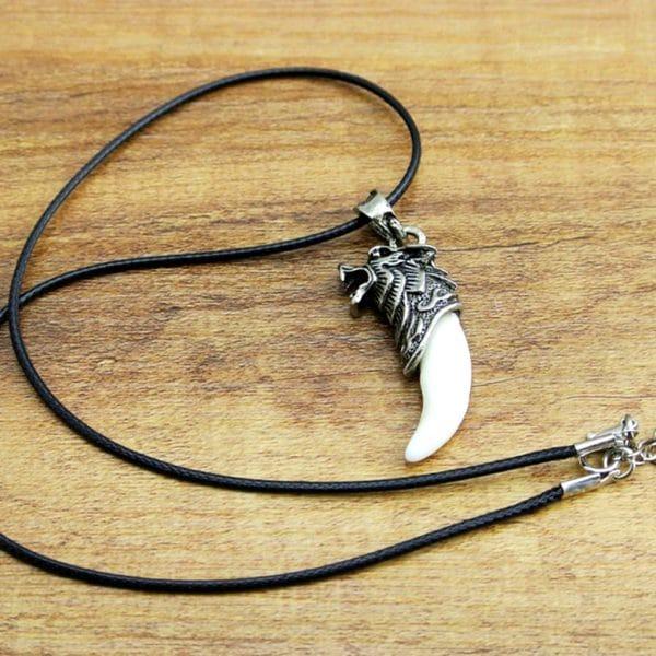Collier Vrai Dent de Loup vue avec la chaine en corde