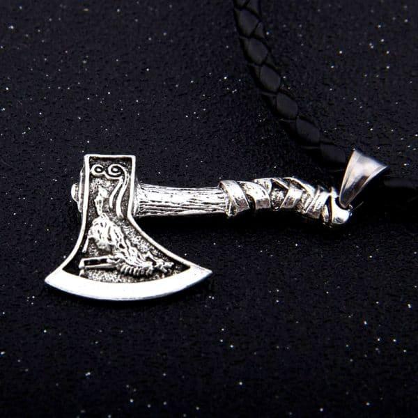 Collier Loup Viking Hache sur fond noir vue d'un coté