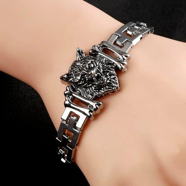 Bracelet Loup Garou vue sur un poignet