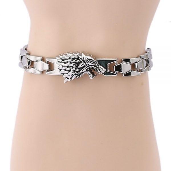 Bracelet Loup Stark vue sur un poignet