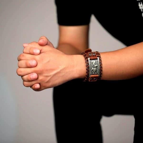 Bracelet Loup Nordique Travaillé Marron Doré sur un poignet
